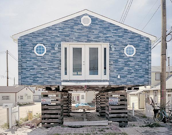 美东海岸飓风灾民搭建木桩稳固住房地基
