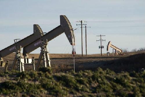 资料图片:图为美国北达科他州的多个油井。(新华社/路透)