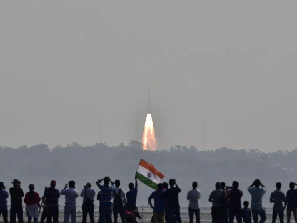 ▲资料图片:2月15日,印度民众在斯里赫里戈达岛印度航天中心观看国产PLSV火箭一箭104星。(路透社)