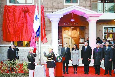 16日,巴拿马总统巴雷拉(右三)与中国外长王毅(右二)在北京共同出席巴拿马驻华使馆开馆仪式。