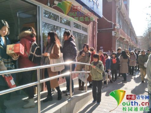 北京师范大学学生领取快递排长龙。本文图片 中国青年网