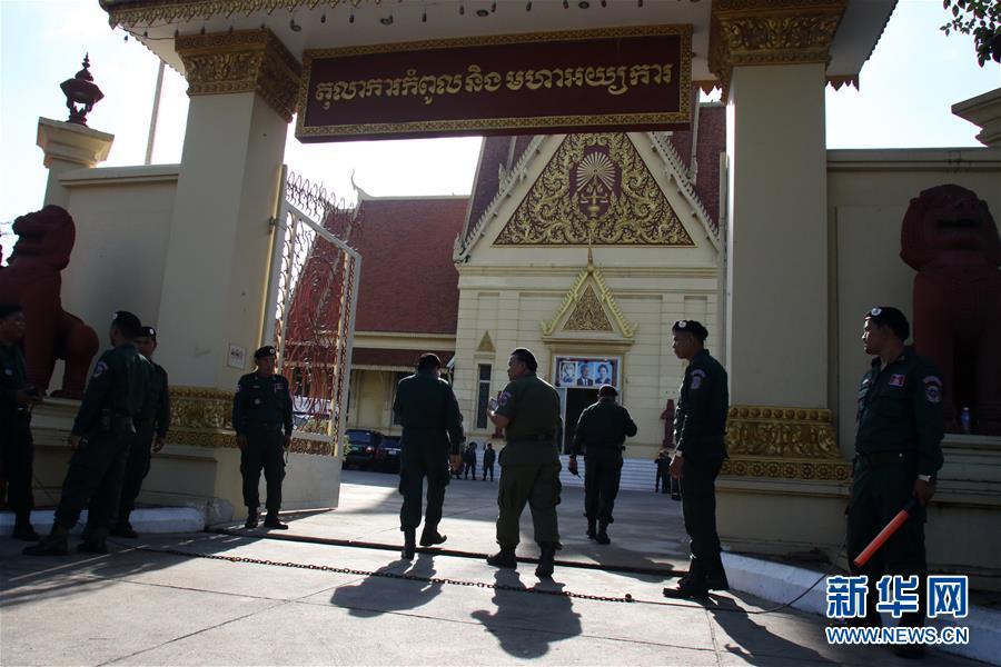 柬埔寨警方在该国最高法院门前警戒(图片来源:新华网)