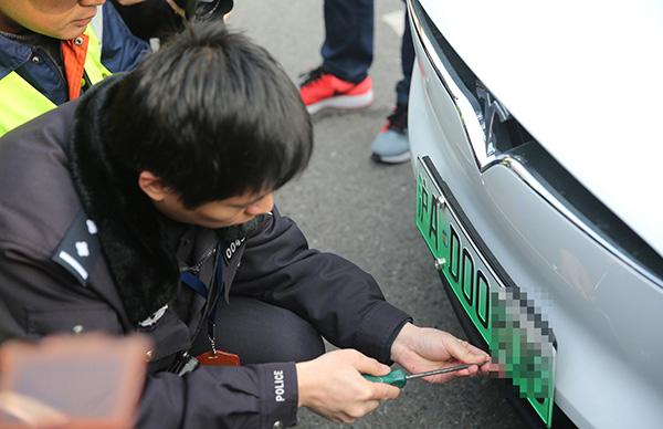 此前,上海、南京、无锡、济南、深圳等5个都会已试点发放新能源汽车专用号牌11万副。东方IC 资料