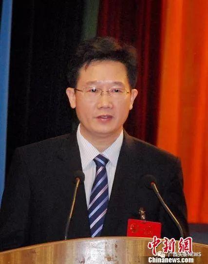 图为2013年2月,防城港新任市长何朝建在防城港市第五届人民代表大会第四次集会上揭晓就职感言。 李智勇 摄