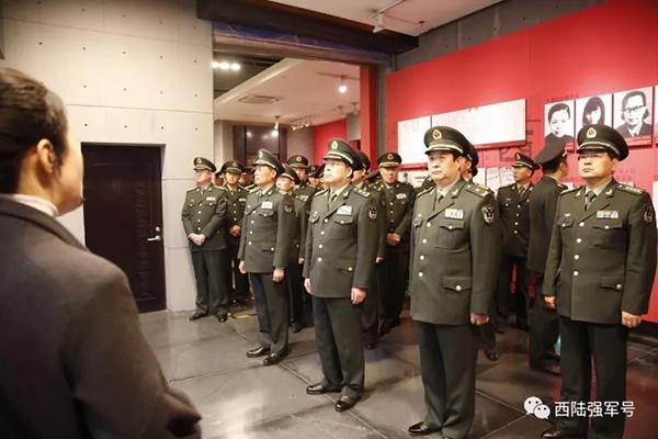 战区陆军党委常委认真聆听解说。