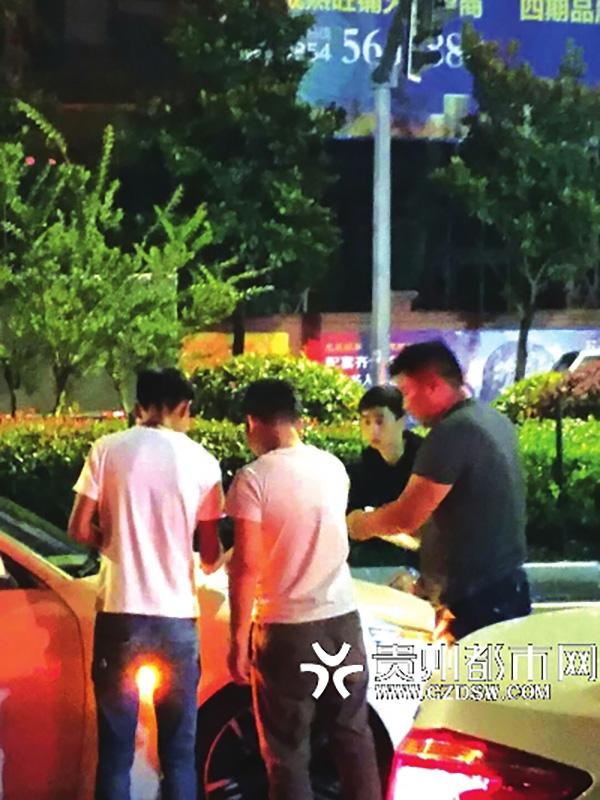 车祸现场,碰瓷者正与酒驾者谈判。