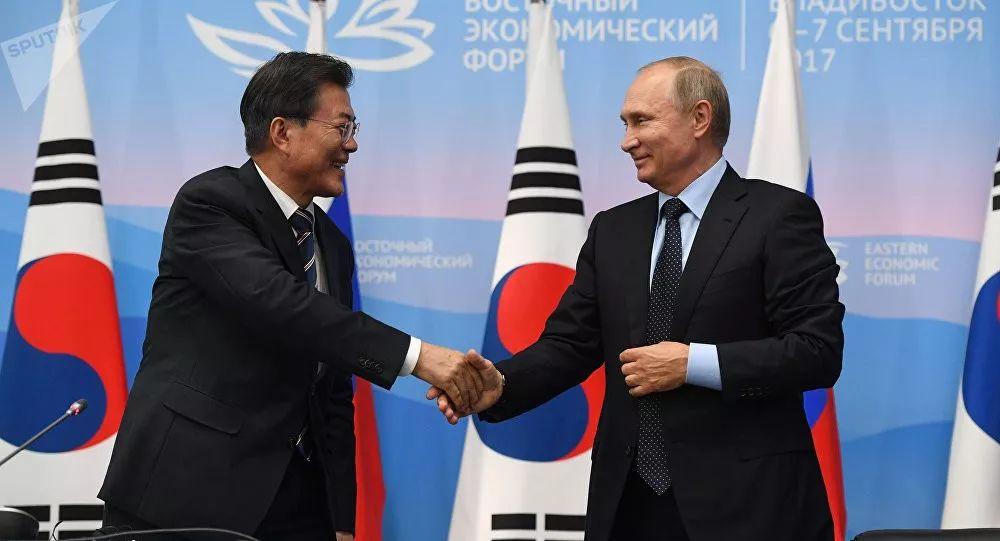 ▲资料图片:2017年9月,韩国总统文在寅访问俄罗斯,参加东方经济论坛。(俄罗斯卫星网)