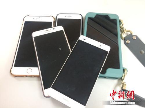 形形色色的手机。中新网 邱宇 摄