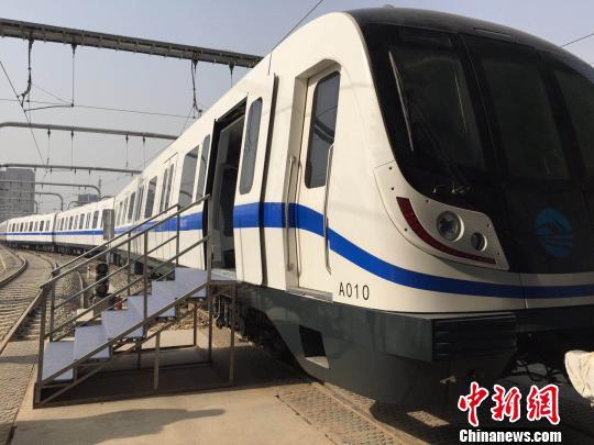 图为兰州轨道交通1号线一期工程设置的电动客车。 刘薛梅 摄