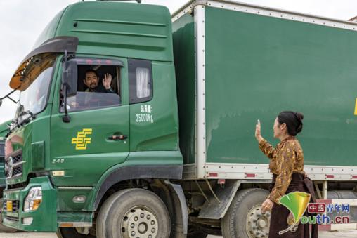 其美多吉(左)出发前与妻子作别。中国邮政团体公司四川省分公司供图