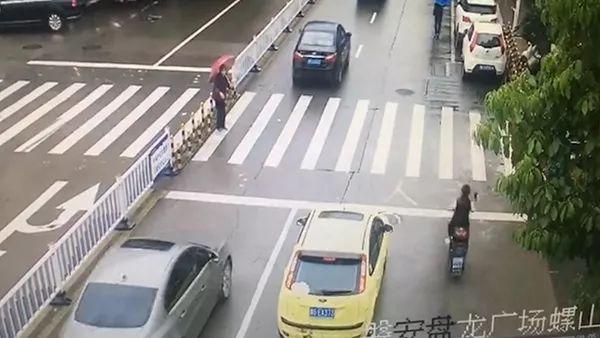 老人过斑马线连续七车不让行 一名90后司机急了