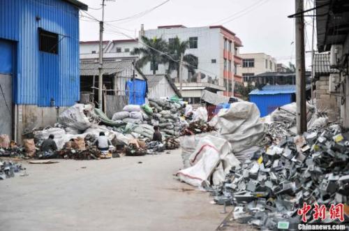 资料图:2013年4月8日,广东汕头贵屿镇上电子垃圾随处可见。中新社发 洪坚鹏 摄