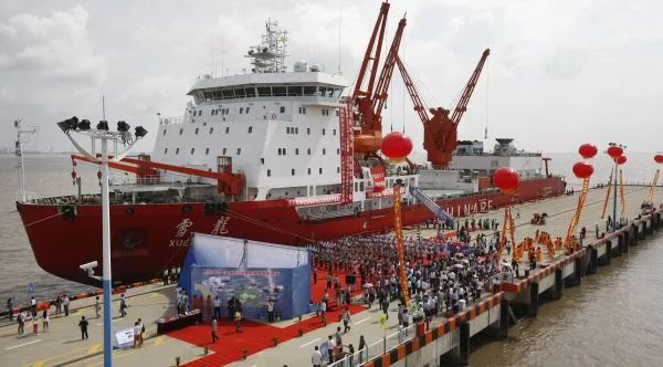 ▲中国被视为俄罗斯开拓北极航道的重要合作伙伴。图为中国第五次北极科学考察队凯旋。