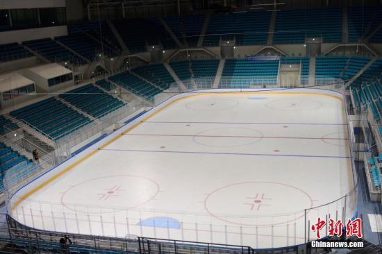 江陵冰球中心,即冬奥会冰球比赛场馆馆。现场可容纳一万人左右。 中新社记者 吴旭 摄