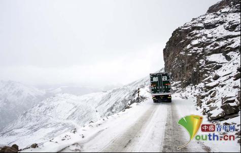 其美多吉驾驶邮车行驶在雀儿山狭窄险要的山路上。中国邮政团体公司四川省分公司供图
