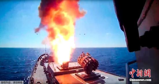 """当地时间5月31日,俄海军""""埃森海军上将""""号在地中海海域向极端武装目标发射巡航导弹。"""