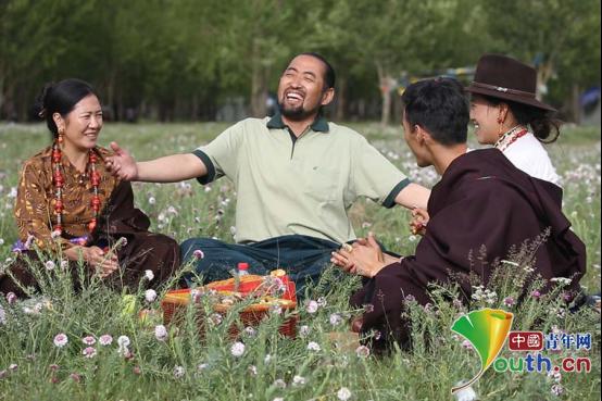 其美多吉(左二)和他的家人。中国邮政团体公司四川省分公司供图