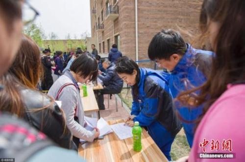资料图:申请人在北京燕保·马泉营家园公租房项目排队管理公租房挂号手续。泉源:视觉中国