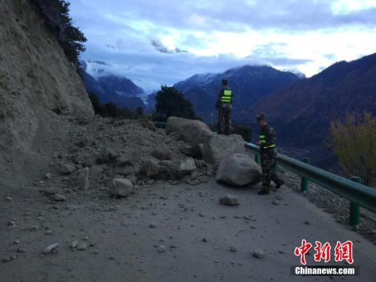 凭据中国地震台网正式测定,11月18日06时34分在西藏林芝市米林县(北纬29.75度,东经95.02度)发生6.9级地震,震源深度10千米。 林芝军分区供图