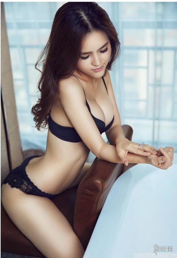 越南美女模特蹲下称体重网友点赞 川字腹肌线条_青娱乐