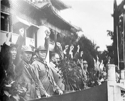 叶剑英市长(左三)等向导在广州市政府门前校阅队伍。