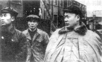 陈毅市长在视察上海市区。