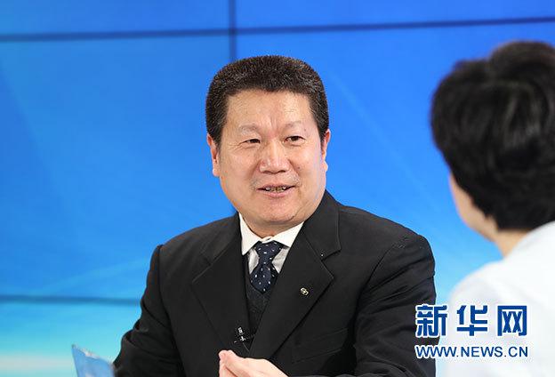 图为国家工商总局竞争执法局局长杨红灿回答相关话题。 新华网 李清 摄
