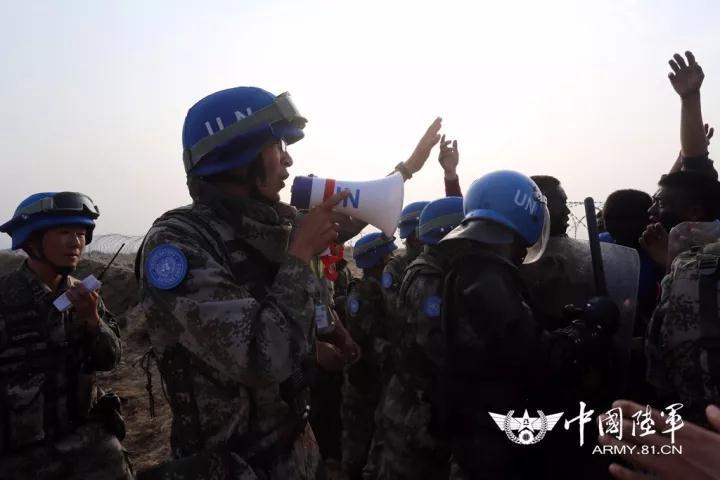 83集团军某旅合成营演练维和营地安全防卫,图为模拟对涌入难民进行喊话。