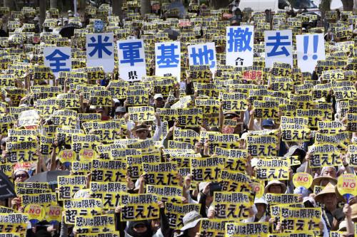 冲绳民众曾示威要求美军撤走。(资料图)