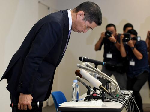 资料图片:2017年10月19日,在日本横滨,日产汽车公司首席执行官西川广人在召开新闻发布会前鞠躬。新华社/法新
