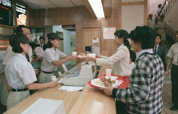 资料图片:1987年11月12日,美国快餐公司肯德基在中国的第一家餐厅在北京前门富贵地带正式开业。新华社发