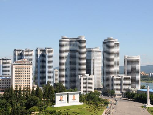 资料图片:朝鲜首都平壤万寿台仓田街的高层住宅楼(2012年9月5日摄)。新华社记者杜白羽摄