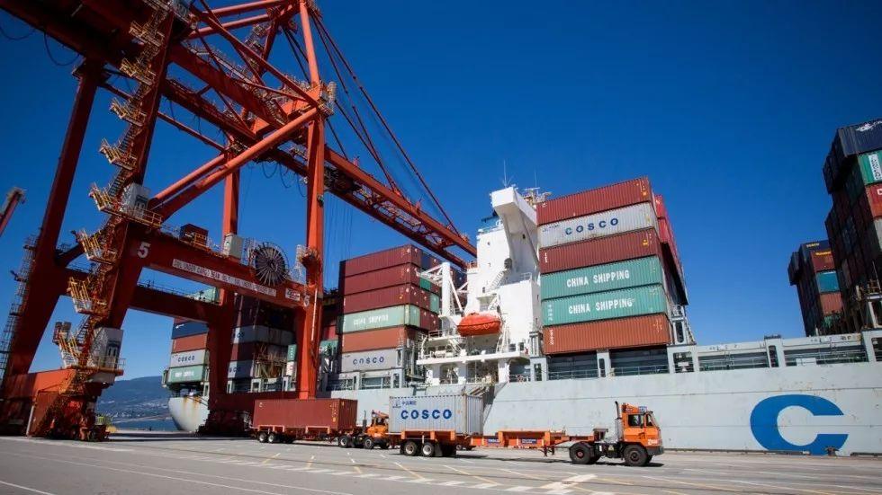 ▲来自中国的集装箱在加拿大温哥华港卸货。(彭博社)