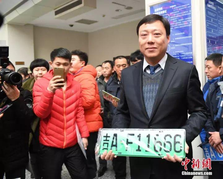 11月20日,吉林省长春市发出吉林省内第一副新能源汽车专用号牌。 中新社记者 张瑶 摄