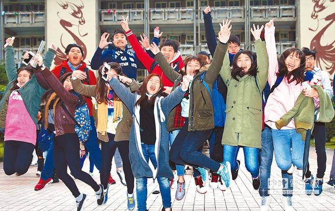 """台湾学生通过""""繁星计划""""及申请招生的途径升学,不考学测也能就读部分院校。图为学测结束后,台湾考生们庆祝。(图片来源:台湾《中时电子报》)"""