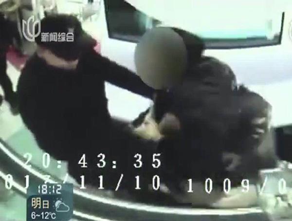 男子在上海地铁发小广告受阻 咬伤乘客被拘10天