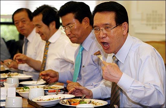2008年,韩国议员带头食用美国进口牛肉