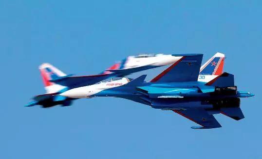 俄罗斯勇士飞行表演队在迪拜航展上进行高难度的飞行表演.