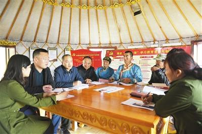 腾格里额里斯镇党支部书记刘峰德(左三)组织乌兰哈达嘎查的党员们学习党的十九大精神。 本报记者 孟和朝鲁 摄