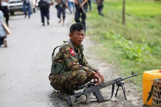 △8月30日,在缅甸若开邦,士兵在被销毁的衡宇外警戒