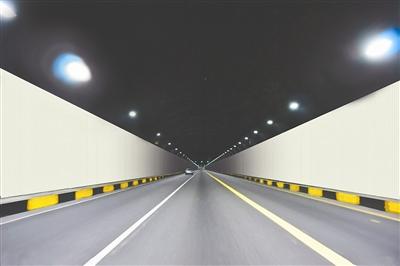 社会万象 高速路开车,在进入隧道的一刹那,不管隧道灯光再亮,司机们也