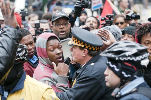 资料图片:2015年12月24日,数百名抗议者走上美国芝加哥街头,抗议白人警察贾森・范戴克枪杀17岁黑人青年拉宽・麦克唐纳,呼吁民众关注警察执法不公现象。新华社记者 何险峰 摄