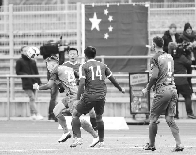 """中德足球赛被""""藏独""""挑衅 中国球员退场抗议"""