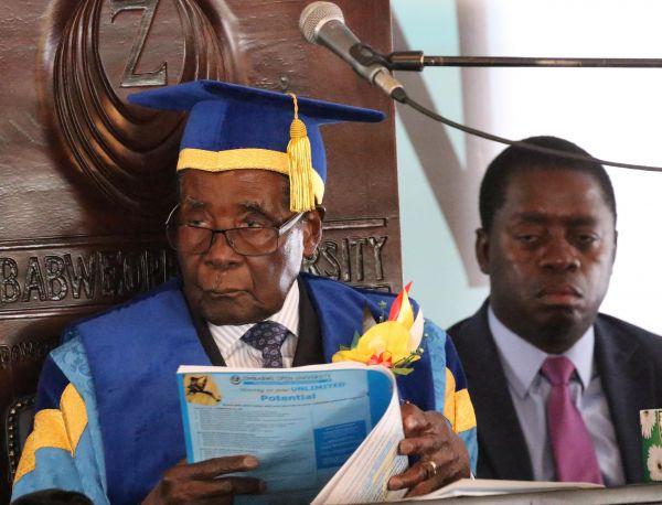 津巴布韦总统穆加贝17日在首都哈拉雷主持了津巴布韦开放大学的毕业典礼。这是该国政局动荡以来,穆加贝首次参加公开场合活动。新华社发