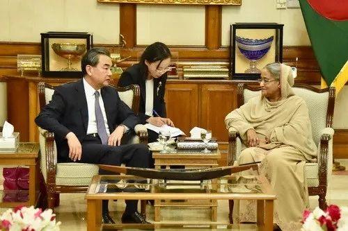▲11月18日,孟加拉国总理哈西娜在总理官邸会见外交部长王毅。(外交部网站)