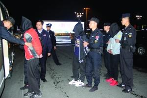 4名嫌疑人从桂林押回南京 警方供图