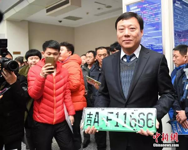 11月20日,吉林省长春市发出吉林省内第一副新能源汽车专用号牌。 中新网 图