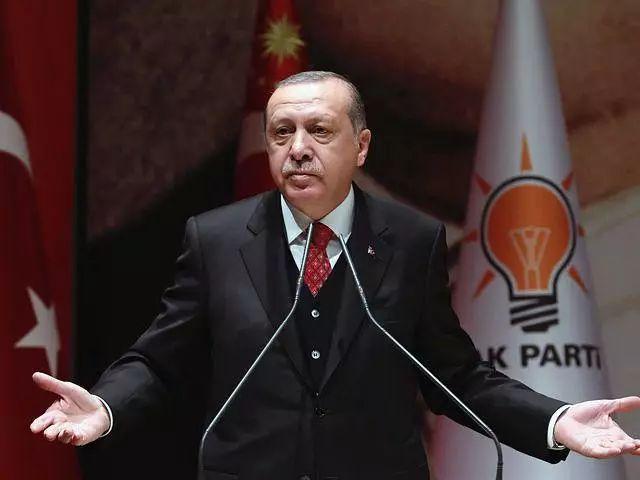 11月17日,安卡拉,土耳其总统埃尔多安在正义与发展党党内会议上发表讲话。(新华社发)