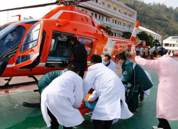 直升机接上病人 十堰市急救中心供图
