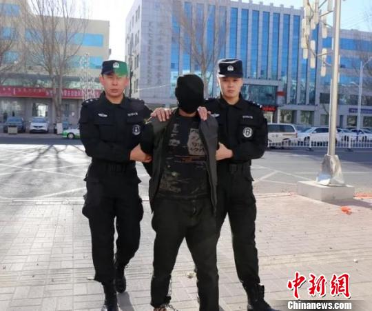 图为警方将犯罪嫌疑人袁某某成功抓获 付晓霞 摄